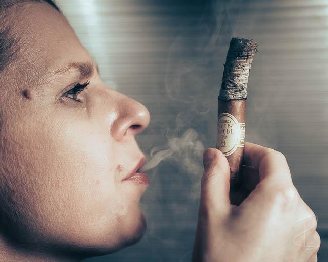 Perfect ash and beautiful smoke on the Flor de Selva robusto cigar