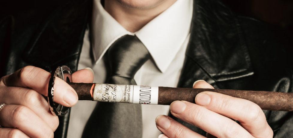 Cutting the El Viejo Continente Maduro Lancero Cigar