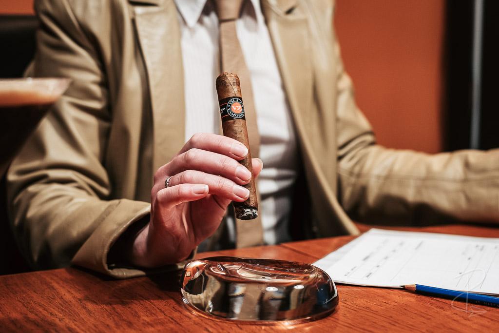Making notes on the Villa Zamorano Robusto cigar