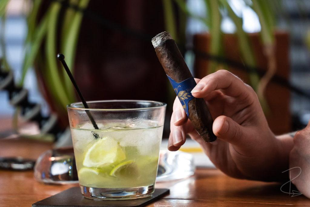 enjoying the Nordlicht Short Torpedo Maduro with a Caipirinha cocktail